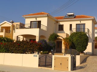 Fantastic 3 bed / 2.5 bath detached Villa with large private garden and pool