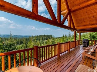 *New Listing* Beautiful Log Cabin. Stunning Views. Hot Tub. WiFi
