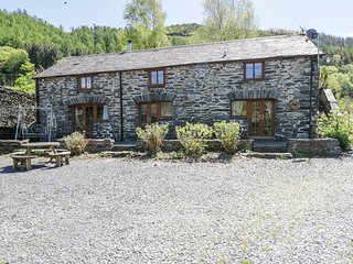 HENDRE HOUSE BARN, en-suite, mountain views, in Abergynolwyn, Ref 962786