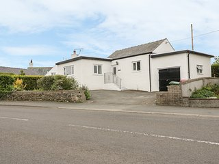 BEDLINOG, seaside location, charming interior, lawned garden, in Amlwch 979555