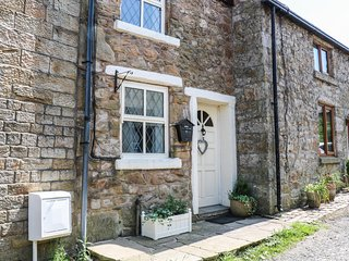 5 THE OPENING, dog friendly, enclosed courtyard, WiFi, in Mellor Brook