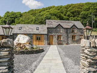 THE DAIRY, converted barn, countryside views, open-plan, Ref 942860