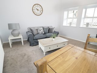 BAMBURGH, super king-size bedroom, cosy cottage, perfect for couples, in Alnwick