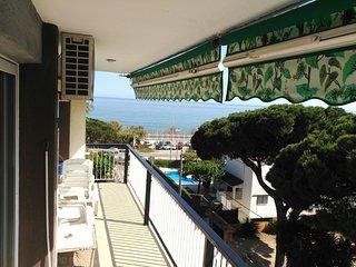 Apartamento con vistas al mar, piscina, 100m playa y tren, a 33 kms de Barcelona