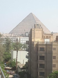 A cozy apartment with superb view of the great pyramids and the grand museum