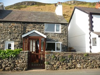 Scenic Welsh Hideaway with Tantalizing Sea & Mountain Views - Walk to beach/golf