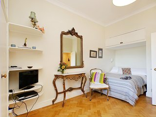 Pied-a-Terre Studio in Lively Chelsea District (SW10)