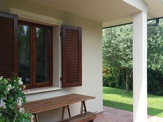 Trilo a piano terra con 2 camere, 2 bagni, cucina, veranda coperta e giardino
