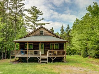 Cozy cabin in the woods close to Moosehead Lake, w/snowmobile trail access