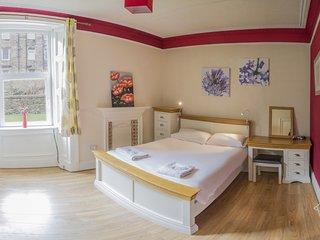 Spacious apartment by Holyrood Park