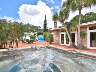 Hot tub private home, Pet Friendly, Stainless Kitchen, Near Public Park w/Pool,