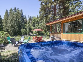 Riverside Bungalow! Hot Tub, WiFi, Fido OK, Cable TV & more