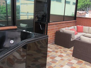 2 Bedroom Penthouse Balcony with Hot tub AC