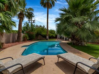 Minutes to Old Town Scottsdale, Golf & Giants Stadium! Private Pool, Perfect for