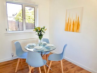 Abbot's Garden Residence - Spacious 3 Level Semi-Detached House in Coastal Town