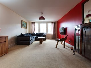 Large 6 Beds 3 Bedrooms in Superb Location