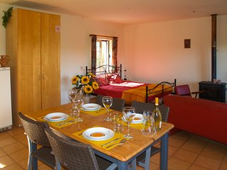 Girassol - Modern self-catering apartment with pool, garden and terrace, sleep 3