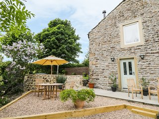 SHAWCLOUGH BARN, countryside views, hot tub, woodburner, near Colne