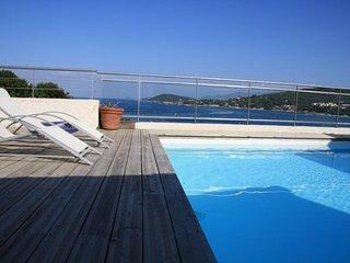 Pied dans l'eau avec piscine et vue imprenable