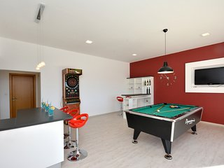 Table pool, dartboard and minibar on the ground floor