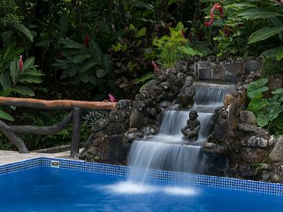 The Villa Hermosa: 2 Guesthouses, Pool w/Waterfall, Tropical Garden & Game Room