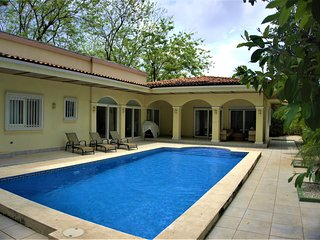 Casa Moderna, 5 mins walk to the beach and Tamarindo