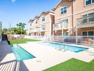 NEW LISTING! Cozy condo w/shared pool & hot tub - great location walk to beach