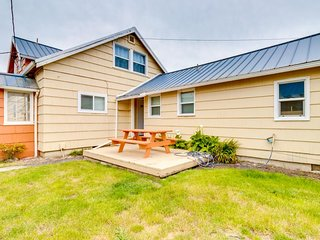 Lovely coastal cottage minutes from downtown & 1 block to beach - 1 dog welcome!