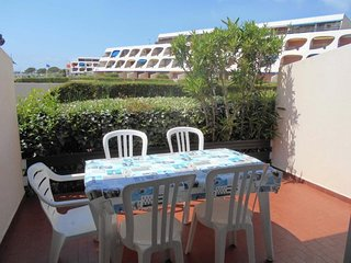 Joli studio rez de jardin face au port et a la piscine
