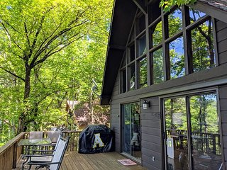 Pet Friendly, Screened Porch, Community Pool Sleeps 8! Hike, Fish, Relax!