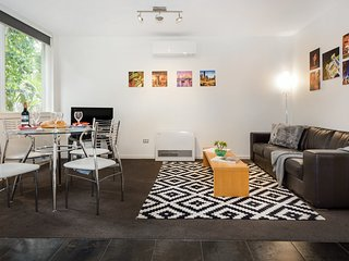 Amazing Melbourne Villa, 2 min walk from restaurants, cafes,bars & train station