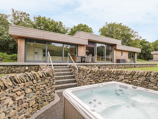 NEDDY CUT, luxury detached cottage, hot tub, woodburner, en-suites, parking, pat