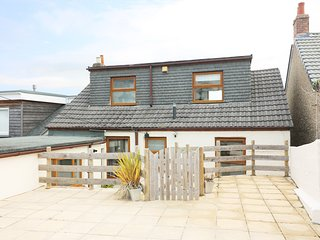 GWAVAS LAKES, incredible sea views, WiFi, open fire, in Newlyn