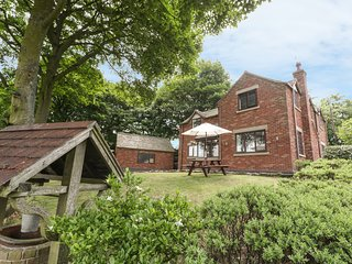 GREENWAY COTTAGE, views of golf course, Bagnall