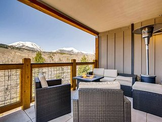 Luxe 3BR Penthouse w/ Ping Pong, Billiards, Rooftop Deck, Fire Pit, Epic View