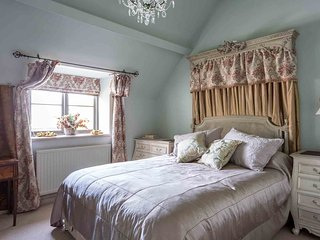Sixpenny Cottage is a large property with amazing views over the Windrush Valley
