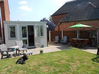 Garden Studio apartment; bedroom, en-suite, lounge, kitchenette, shared garden