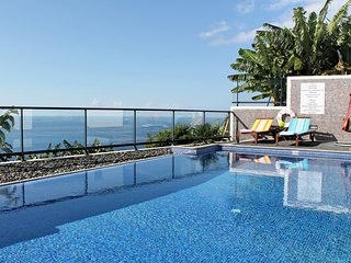 Modern, tranquil, A/C, heated pool. A balcony over the ocean! | Grayci's House