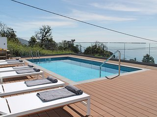 Traditional villa, A/C, heated pool, sea and Funchal views | Vila da Portada
