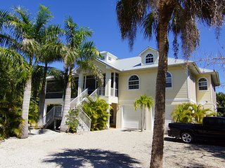 Beach Nest ! Perfect for Couples ! Close to Sanibel Outlets !