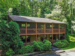 Centrally located getaway with hot tub & screened porch!