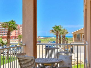 Comfortable townhome with a shared hot tub! Walk to the beach!