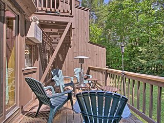NEW! Bartlett Townhome w/ Deck, BBQ & Shared Pool!