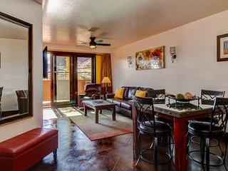 Well-appointed in-town condo w/ mountain views - bring the dogs along, too!