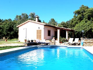 Wifi, private pool, garden, total privacy and a football field for 4 guests