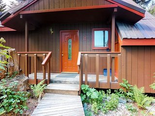 NEW LISTING! Cozy chalet near the slopes w/ a full kitchen & hot tub
