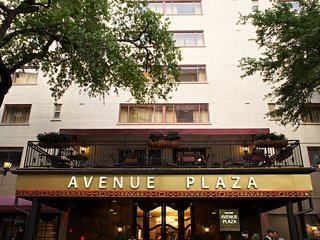 Avenue Plaza Studio w/ street car access, ROOFTOP sundeck, Sauna & Restaurant