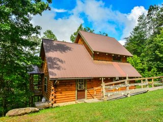Enjoy a little peace and quiet at Simply Anne's (Cabin 7), Hot Tub, 3.5 miles to