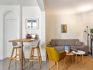 Parisian apartment close to the Louvre - W442