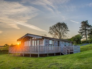 SWALLOW LODGE, detached wooden lodge, all ground floor, en-suites, hot tub, near